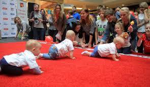 Une course des bébés qui rampent en Lituanie