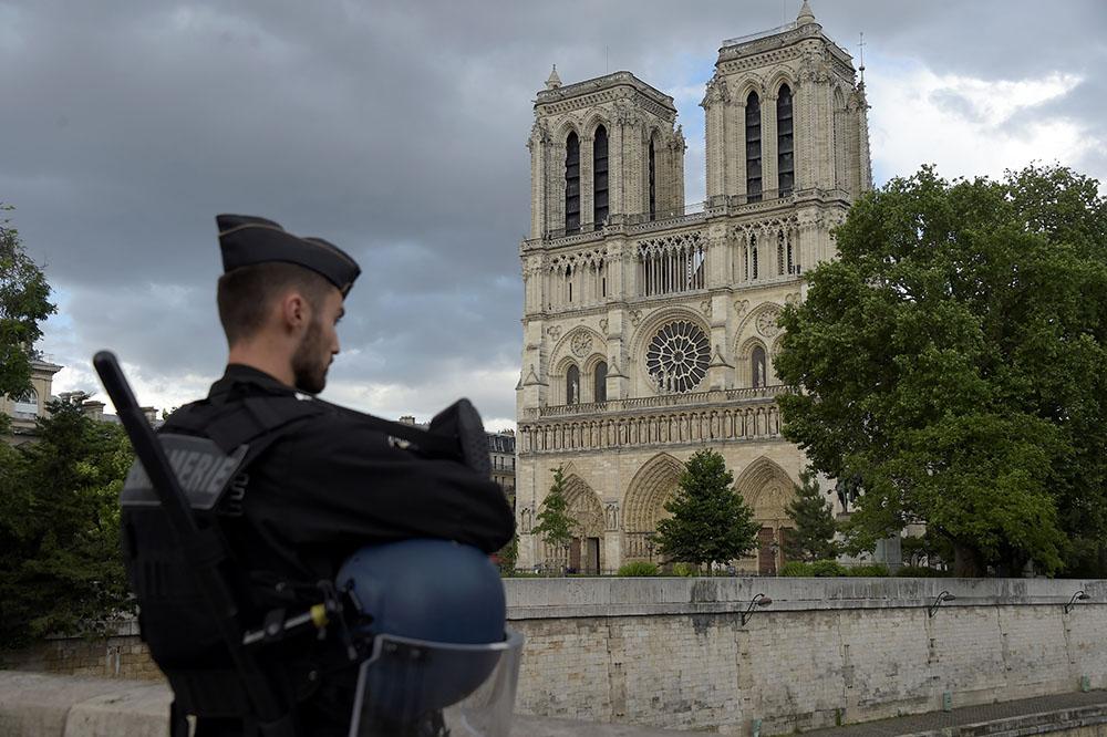 Un policier attaqué au marteau sur le parvis de Notre-Dame à Paris par un jihadiste