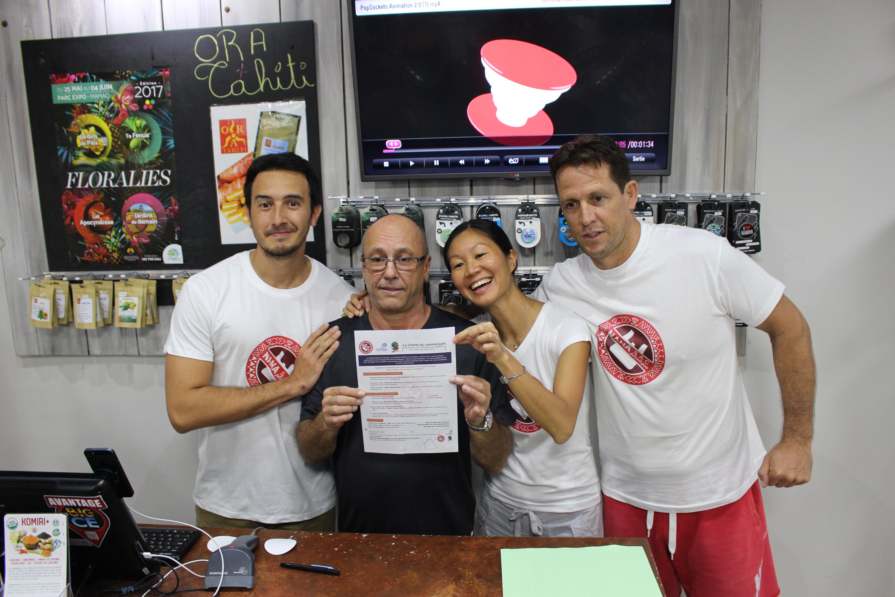 """""""Ça fait longtemps que ça m'énerve tous ces sacs plastique"""", lance Loïc Dabb, commerçant à Papeete. Il est responsable du magasin Taapuna dans la galerie d'Odyssey et vient de signer la charte du collectif Nana sac plastique."""