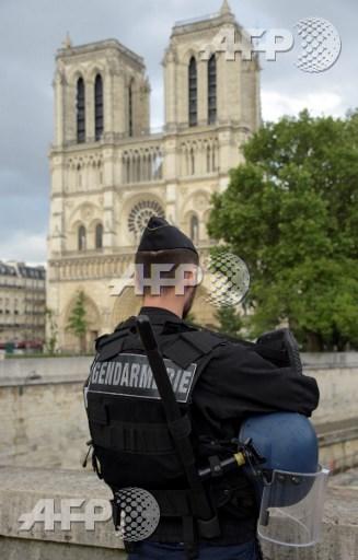 """L'auteur de l'attaque devant Notre-Dame: """"un néophyte"""" fasciné par la propagande jihadiste"""