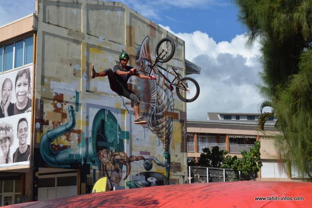 Le stand des sauts périlleux à vélo a attiré les jeunes.