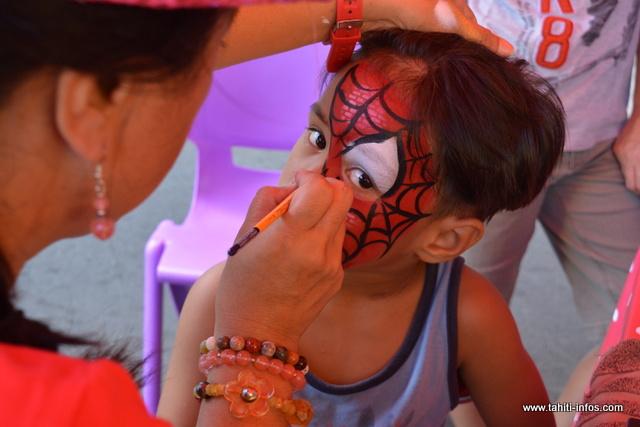 Le stand de maquillage a remporté un franc succès auprès des enfants.