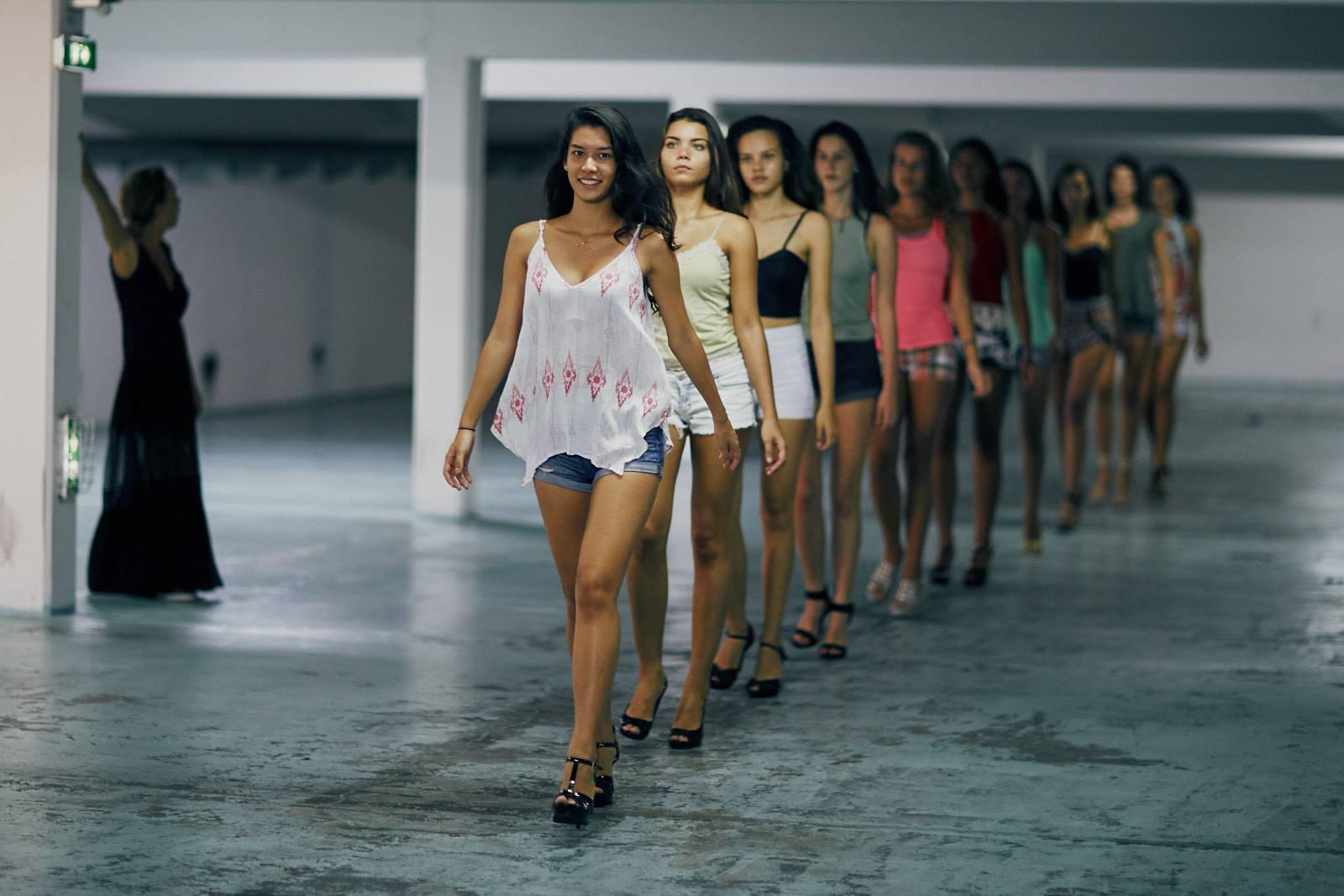 Les douze modèles en lice pour le concours enchaînent les répétitions.