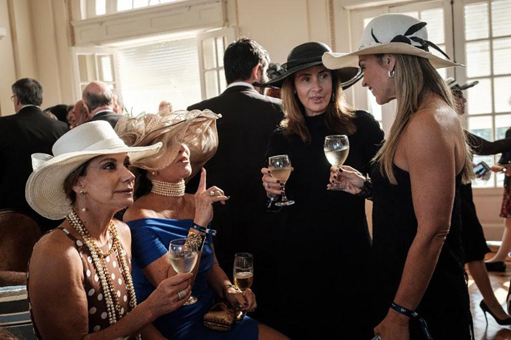 Fini le champagne, la haute société de Rio désarçonnée par la crise