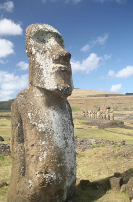 Ce moai de l'île de Pâques, appelé le « moai voyageur » n'est certes pas devenu japonais, mais il a bel et bien été au Japon, en 1970, à l'exposition universelle d'Osaka. A l'arrière-plan, les quinze moai du Tongariki, restaurés grâce à une grue et des fonds japonais (de la société Tadano).