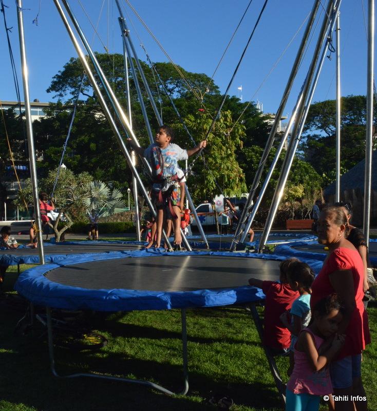 Les trampolines ont attiré une foule d'enfants aventureux.