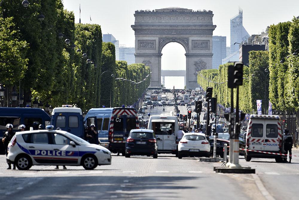 Champs-Elysées: une voiture percute un fourgon de la gendarmerie, enquête antiterroriste
