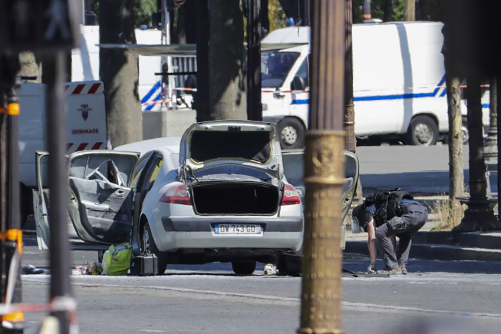 Attentat raté sur les Champs-Elysées: des gardes à vue, questions sur la détention d'armes