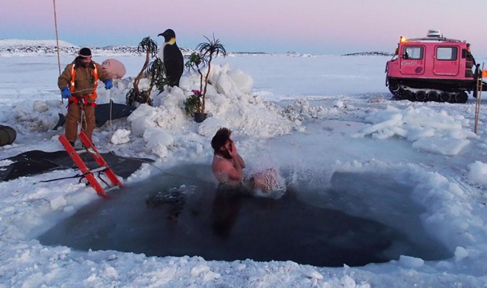 Antarctique: Les chercheurs se jettent à l'eau pour le solstice