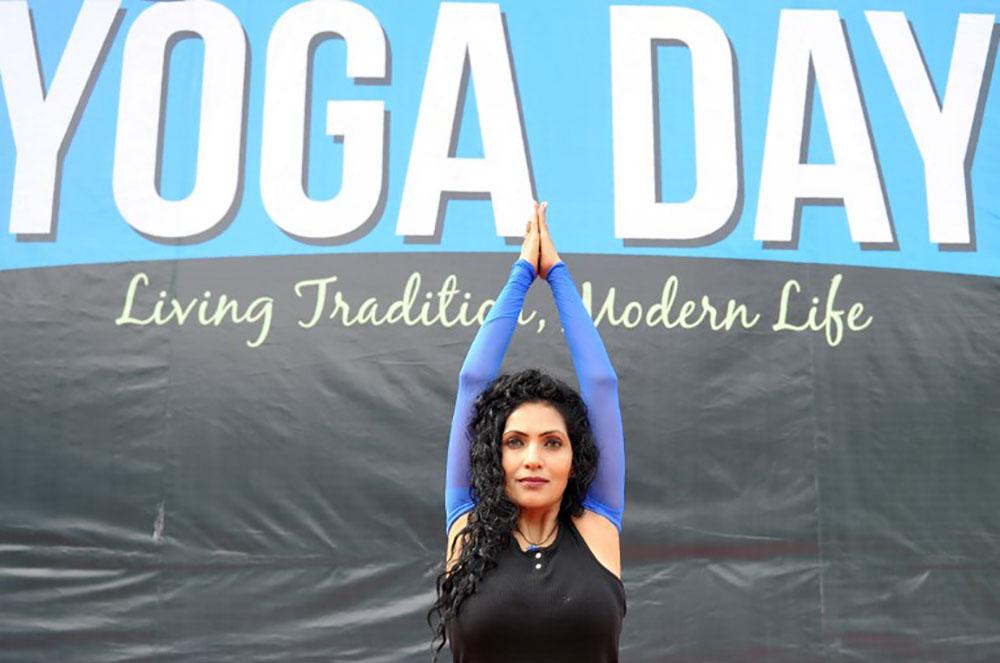 """""""Inspirez, expirez"""": l'Inde se plie en quatre pour la journée du yoga"""
