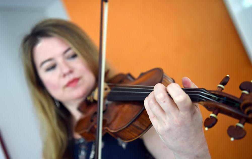 Une violoniste évoque en musique les essais nucléaires britanniques en Australie