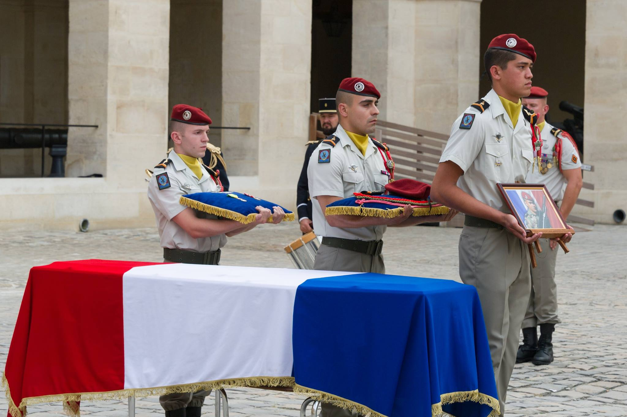 La première cérémonie s'est déroulée ce lundi à Paris dans l'intimité de la cour de l'Hôtel des Invalides en présence de sa famille et des frères d'armes de son régiment (Crédit : armée de Terre 2017)