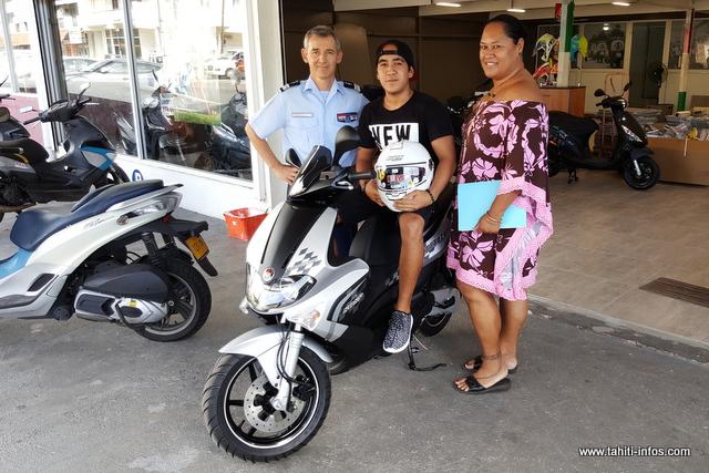 Le colonel Pierre Caudrelier a symboliquement remis les clés du scooter, ce lundi, à l'heureux gagnant de l'opération HPR 2017.