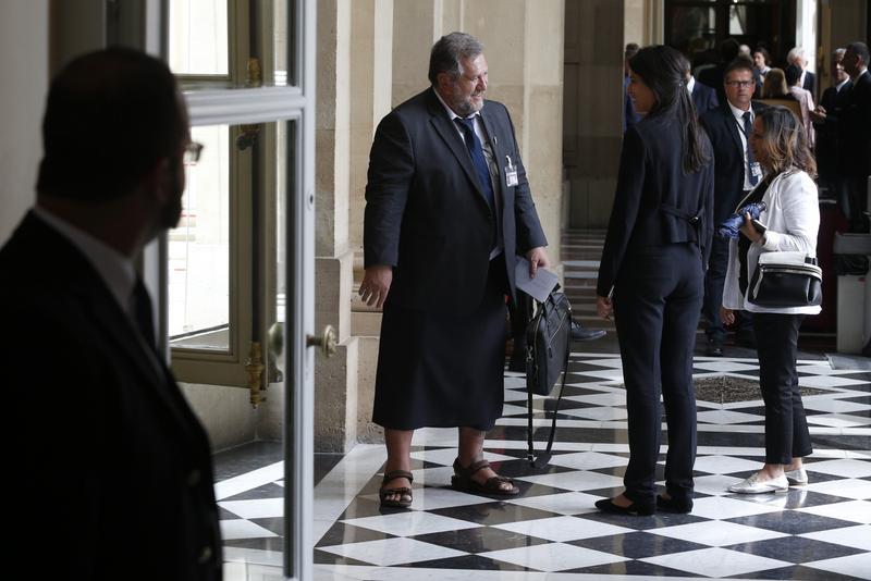 Le député Moetai Brotherson a revêtu un lava-lava, mardi pour se rendre au Palais-Bourbon (GEOFFROY VAN DER HASSELT / AFP).