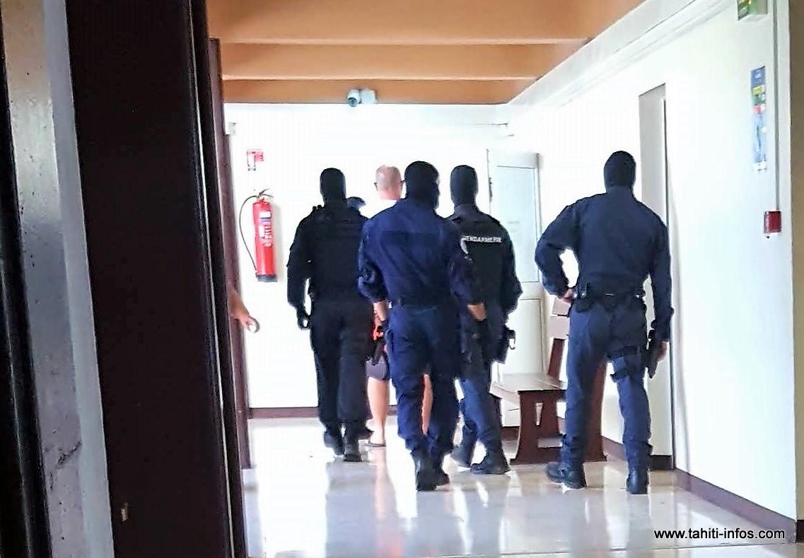 L'homme, considéré comme particulièrement imprévisible et dangereux, a mobilisé six gendarmes chevronnés pour éviter tout incident pendant la confrontation générale ce matin.