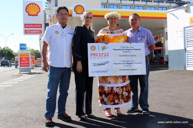 Madeleine Tautumapihaa, heureuse, a reçu mercredi ses deux billets d'avion pour Los Angeles à la station Shell Pacific Petroleum de l'avenue Prince Hinoi.