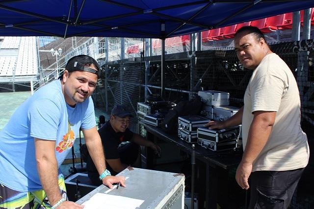 Erwan Lequerre (à gauche premier plan) installé une console de sons avec d'autres membres de son équipe.