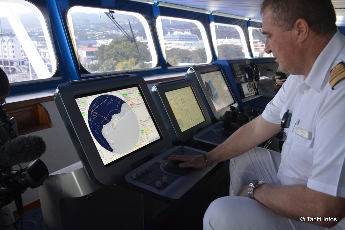 Le capitaine du Paul Gauguin, Davor Ljutic, avec son nouveau système de navigation