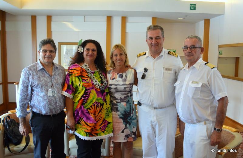 Michel Monvoisin, Nicole Bouteau, Florence Courbière et les capitaines du Paul Gauguin