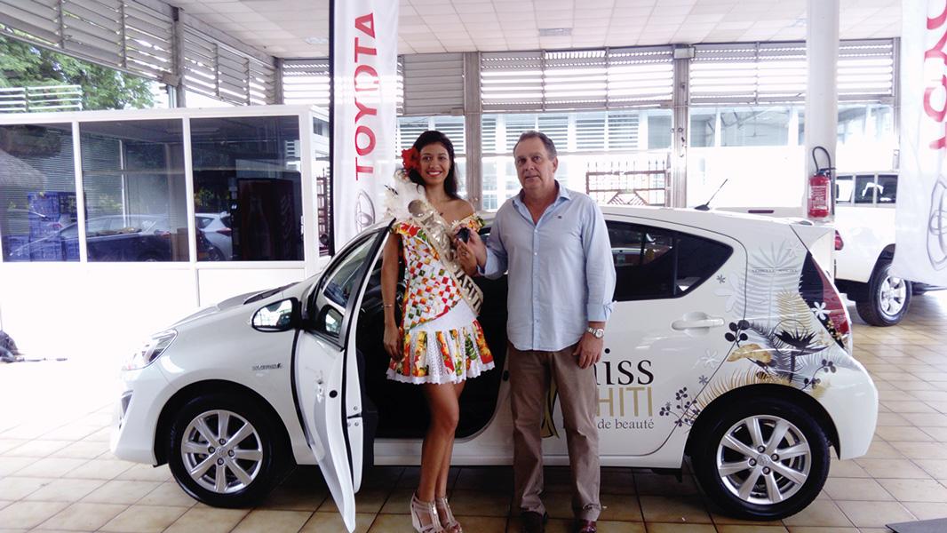 Jeune conductrice, Miss Tahiti 2017, Turouru Temorere, a reçu les clés de sa première voiture, une Totoya hybride PriusC.