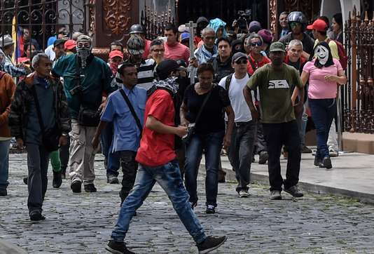 Des partisans du président Maduro pénètrent dans le Parlement vénézuélien (JUAN BARRETO / AFP)
