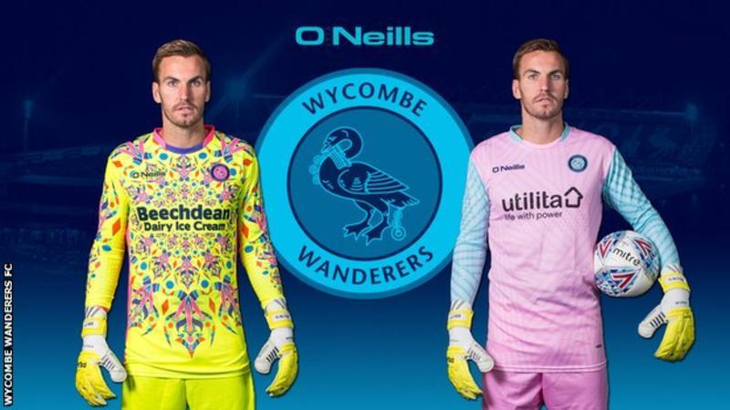 Le nouveau maillot du gardien à domicile (gauche) et à l'extérieur (droite)