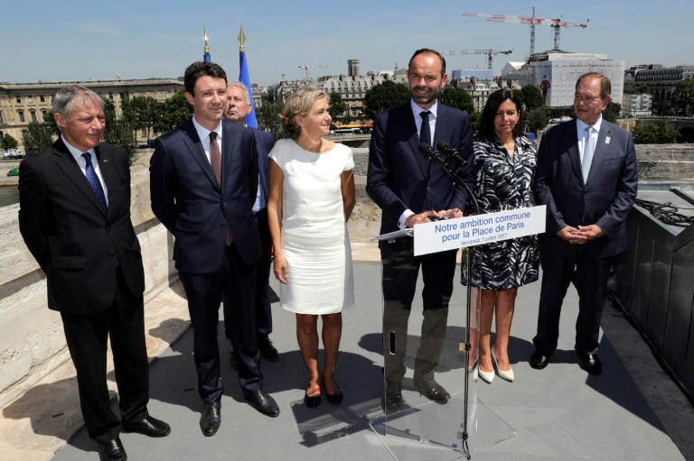 Le Premier ministre Edouard Philippe le 7 juillet 2017 à la Monnaie de Paris, entouré par Valérie Pecresse, présidente de la région (à gauche) et la maire de Paris Anne Hidalgo (à droite). A la gauche de Valérie Pécresse, le secrétaire d'Etat à l'économie Benjamin Griveaux puis l'ex-gouverneur de la Banque de France Christian Noyer ( Thomas SAMSON / AFP )