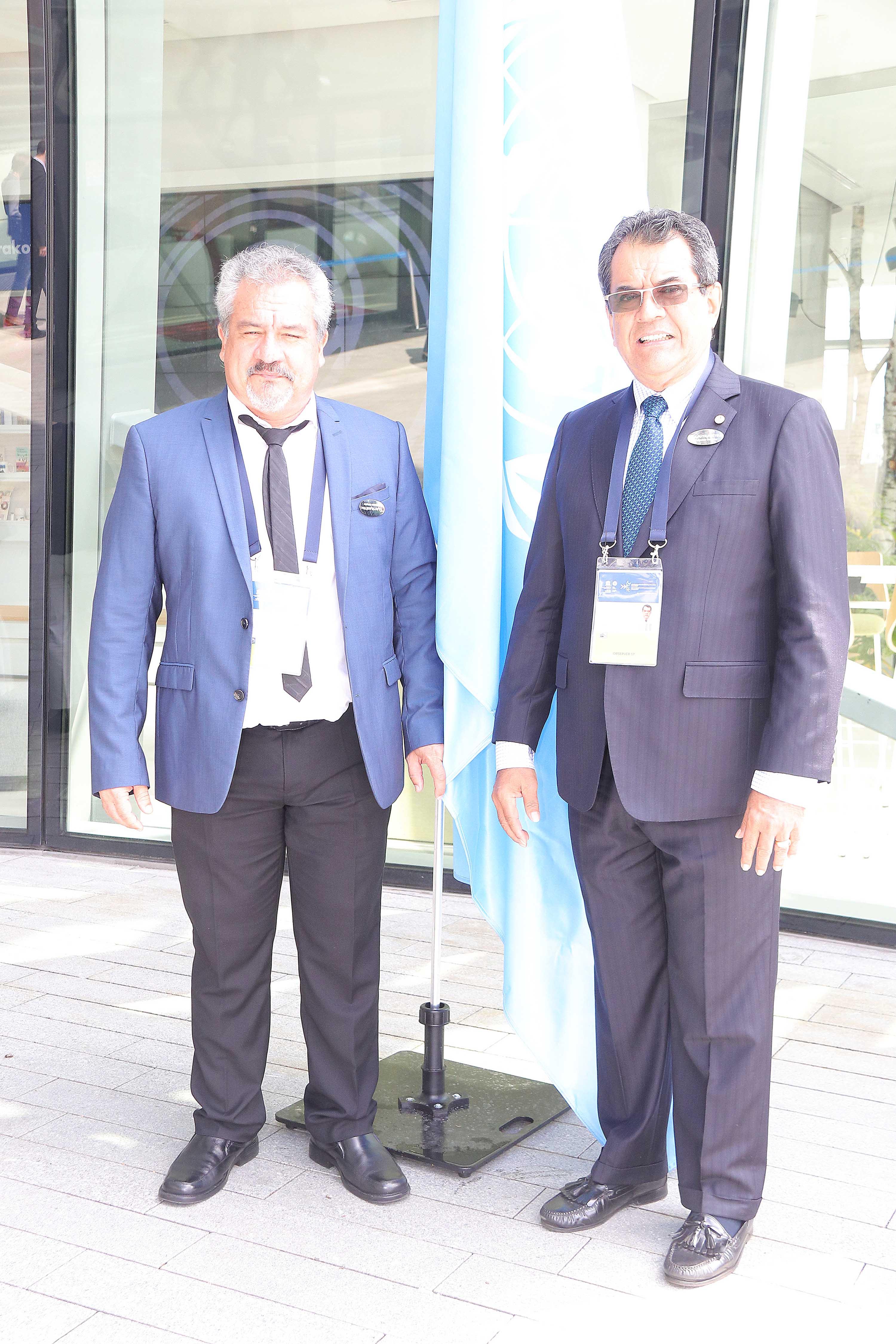 Le ministre de la Culture, Heremoana Maamaatuaiahutapu, et le président de la Polynésie française, Edouard Fritch, au centre de conventions où se déroule la réunion de l'UNESCO.