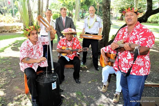 René Bidal a remis aux deux chefs de service sortants deux petits va'a aux couleurs de la France, dans une ambiance polynésienne, ce vendredi au haut-commissariat.