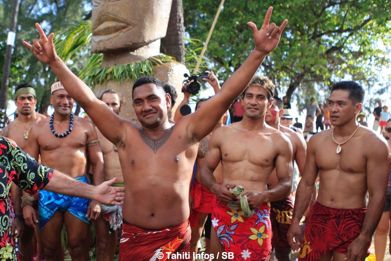 Iona George des îles Cook, 1er champion du monde de grimper au cocotier avec Tainui Lenoir et Mata Ahumata à sa gauche