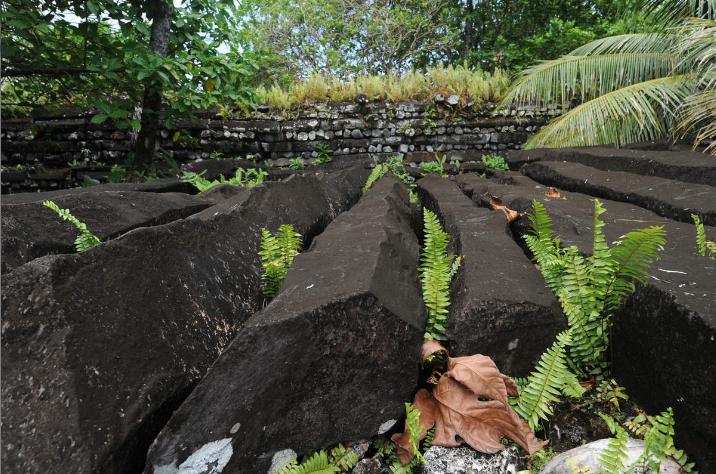 Les orgues basaltiques sont des formations naturelles de la lave refroidie. Les spécialistes estiment que Nan Madol fut abandonnée vers 1680. Exactement à la même époque, la carrière de moai de Rapa Nui, à des milliers de kilomètres de là, était, elle aussi, abandonnée.