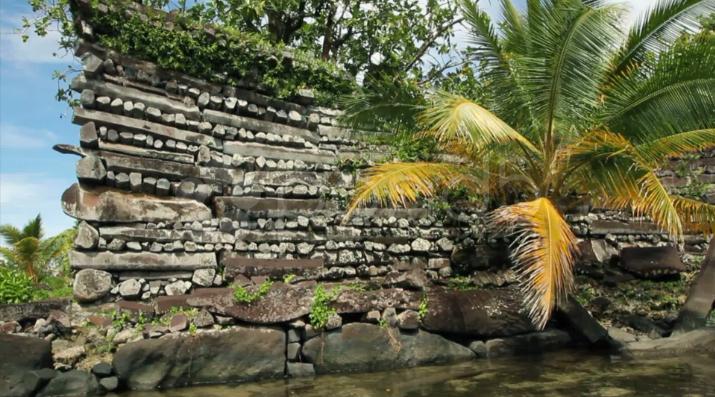 Sur les îles artificielles faites de pierres et de coraux, les anciens habitants ont empilé sans mortier ni ciment des dizaines de milliers de tonnes de basalte pour édifier leur cité « lacustre ».