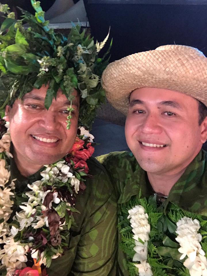 Matani Kainuku, te peretiteni nō te tōmite hi'opo'a e o Steve Chailloux, mero nō te tōmite hi'opo'a.