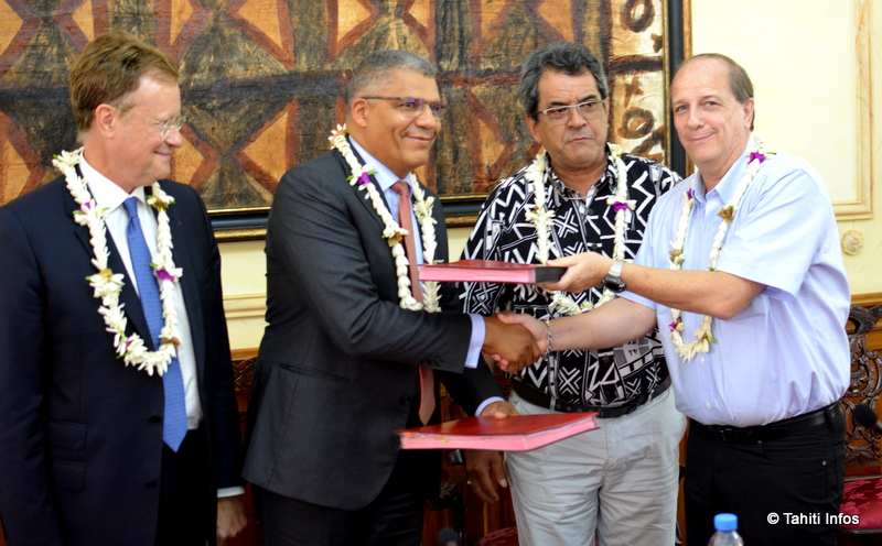 René Bidal (haut-commissaire), Paul Gabla (directeur commercial ASN), Edouard Fritch (Président de la Polynésie) et Jean-François Martin (p-dg de l'OPT) ont tous signé le contrat de 4 milliards de francs pour la construction de Natitua.