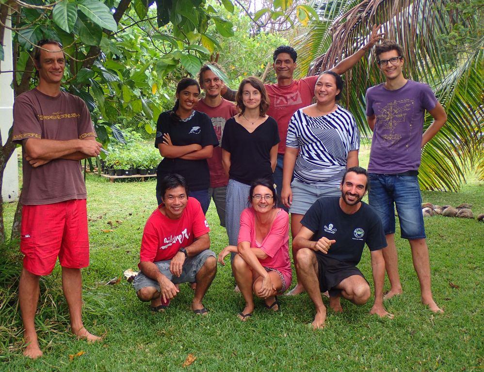 Alice Bousseyroux (debout les bras dans le dos) entourée des équipes de Manu, qui luttent sans relâche contre la PFF pour protéger nos espèces endémiques. (Crédit photo : SOP-Manu)