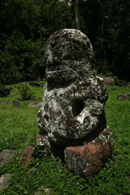 Derrière Takaii se dresse un tiki de taille plus modeste, Fau Poe, qui serait l'image de son épouse.