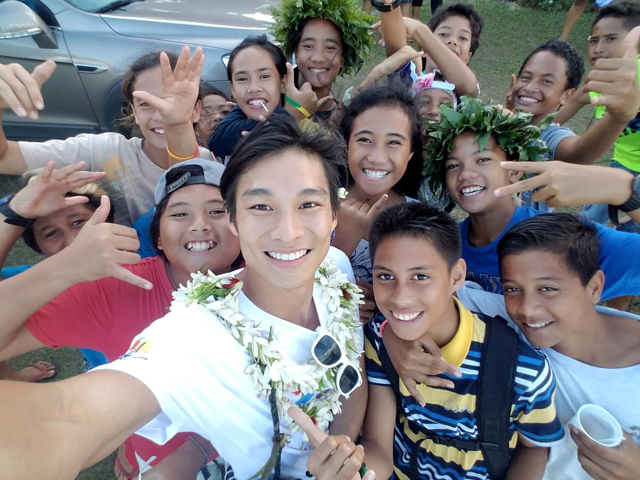 Teddy Teng, le parrain de l'édition 2017 avec les enfants de Taha'a.