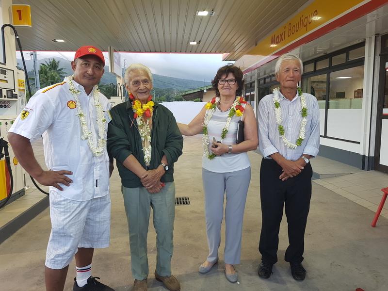 Luc et Beniamina Parau, gérants de la station Shell Papeari, jeudi soir pour l'inauguration, en compagnie du Pd-g du groupe Shell-Pacific, Albert Moux et de son épouse Nina.