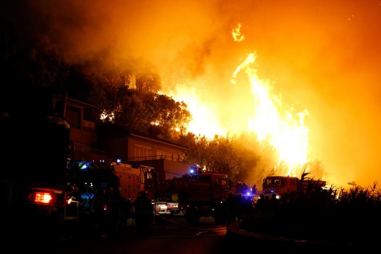 AFP / PASCAL POCHARD-CASABIANCA Des pompiers luttent contre un incendie à Biguglia, en Corse, le 24 juillet 2017