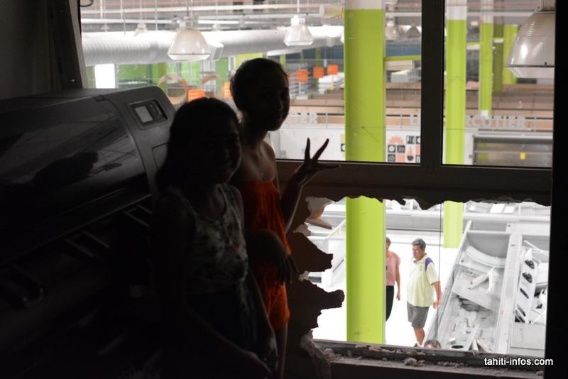 Deux enfants ont trouvé une cachette avec vue sur les acheteurs