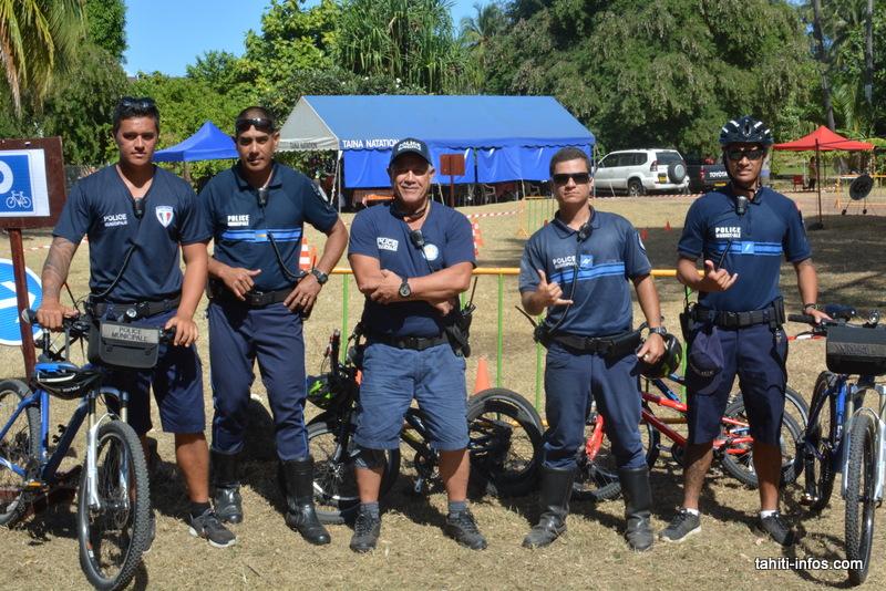 Le lieutenant Teavai entouré de ses hommes de la police municipale de Punaauia