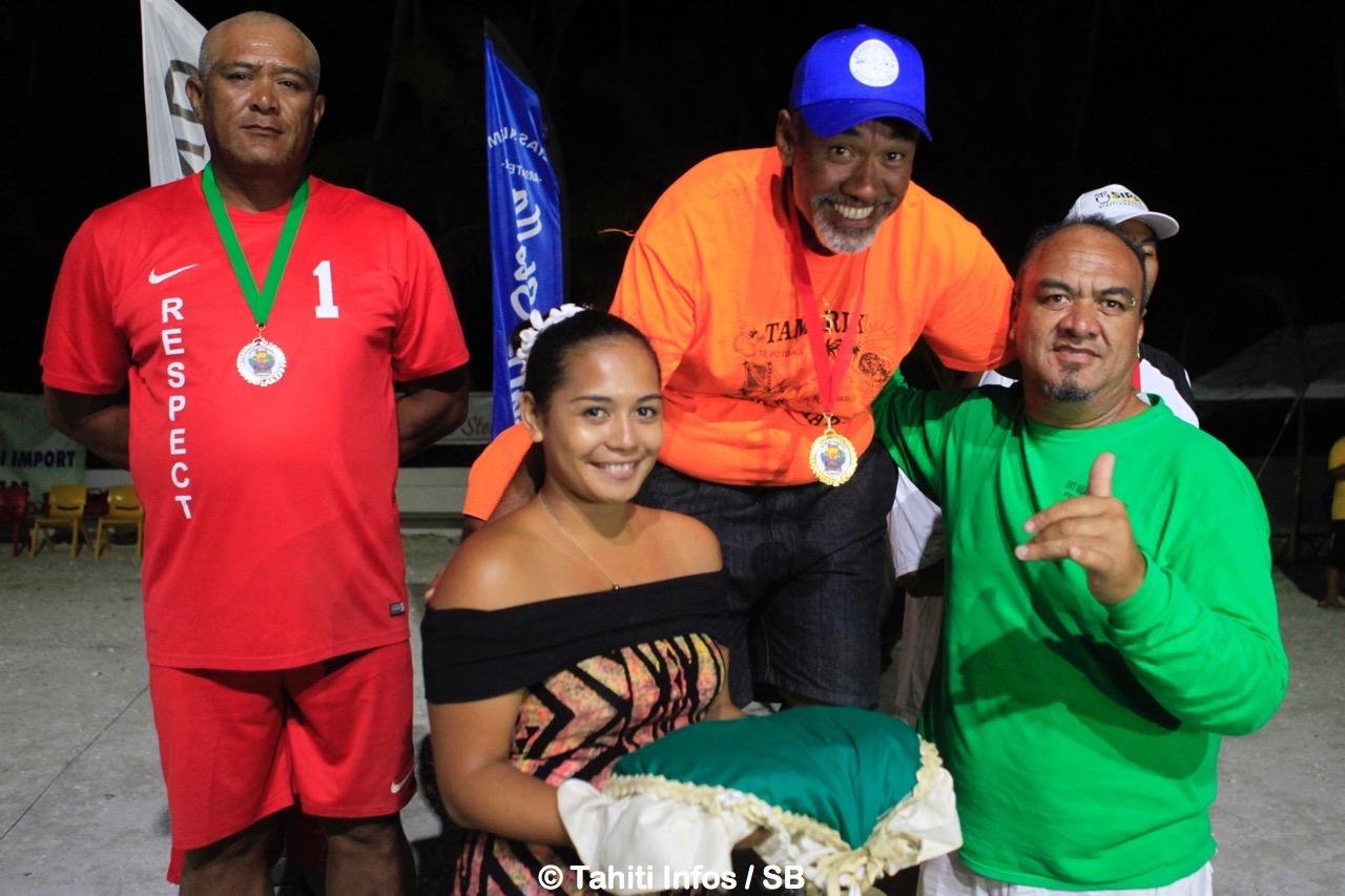 Philippe Puarai, ici félicité par Ernest Teagai, a gagné 3 médailles d'or