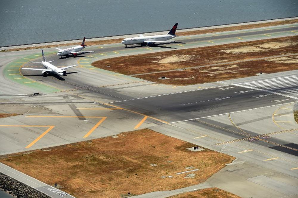 Un adolescent trop pressé de descendre de l'avion arrêté à San Francisco