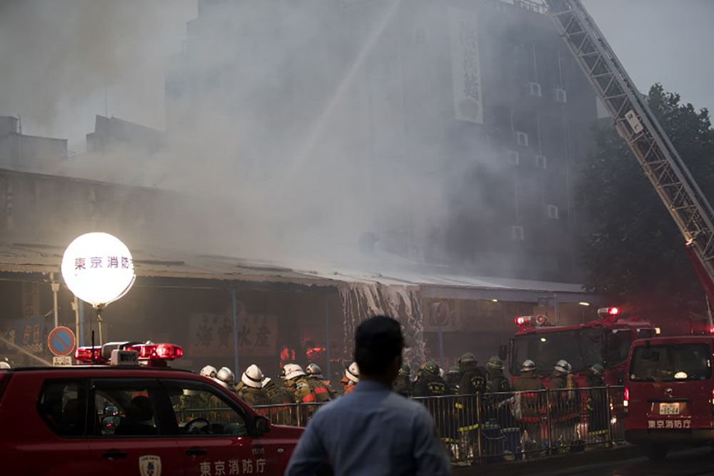 Incendie près du célèbre marché au poisson de Tsukiji à Tokyo