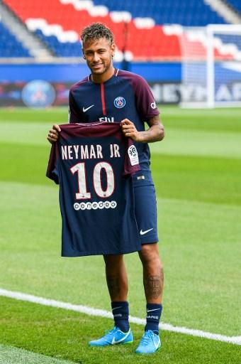 Le roi Neymar découvre le Parc des Princes, son nouveau jardin