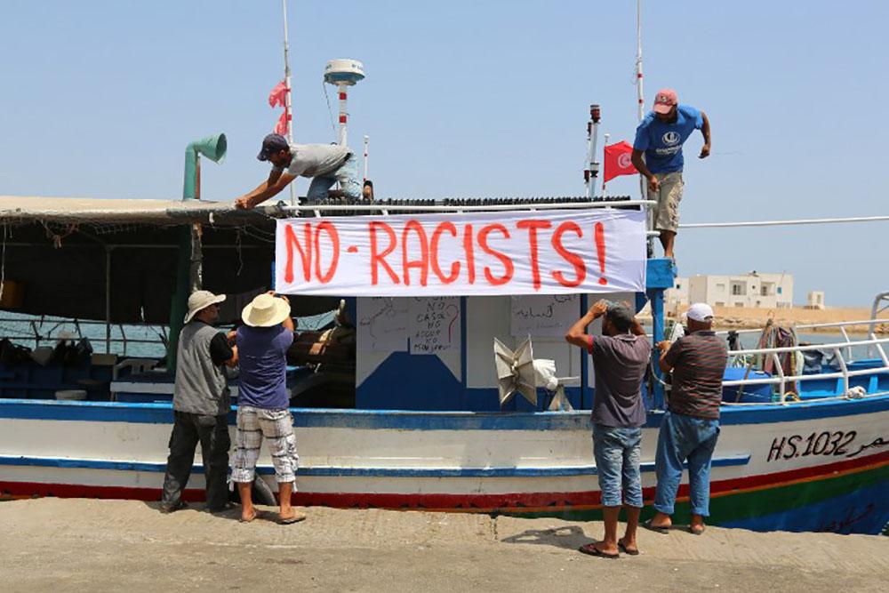 Le navire de militants anti-migrants bloqué au large de la Tunisie
