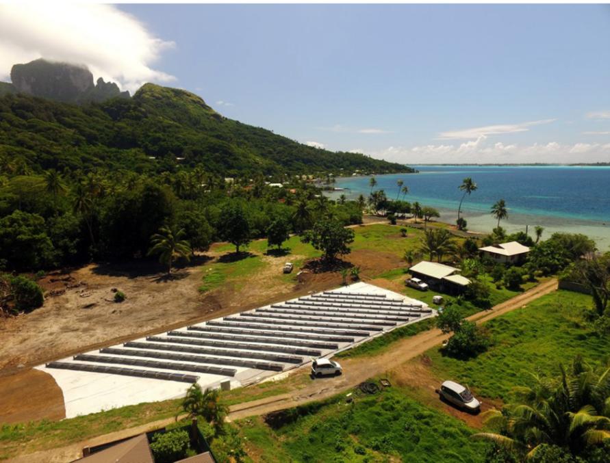 400 m² de panneaux solaires qui produisent… De l'eau ! Ils sont démontables et après un an d'essais à Bora Bora, ils partiront vers une autre ile pour continuer les essais.