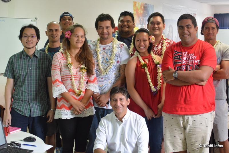 """La première promotion de la formation """"Analyste-Développeur"""" du CNAM, dans leur salle informatique toute neuve au Lycée Hôtelier. Christophe Gomez, le directeur du CNAM, est au premier rang."""