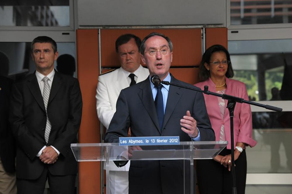 Le préfet de La Réunion, Amaury de Saint-Quentin, a annoncé mardi le déblocage de 1.800 contrats pour le milieu scolaire, un nombre jugé insuffisant par les maires.