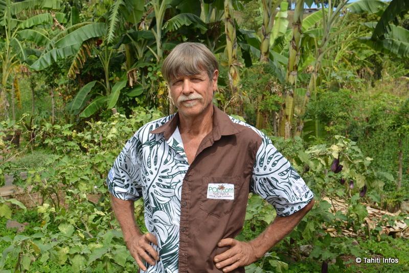 Gilles Parzy dans un jardin partagé bio de Faa'a qu'il a aidé à monter